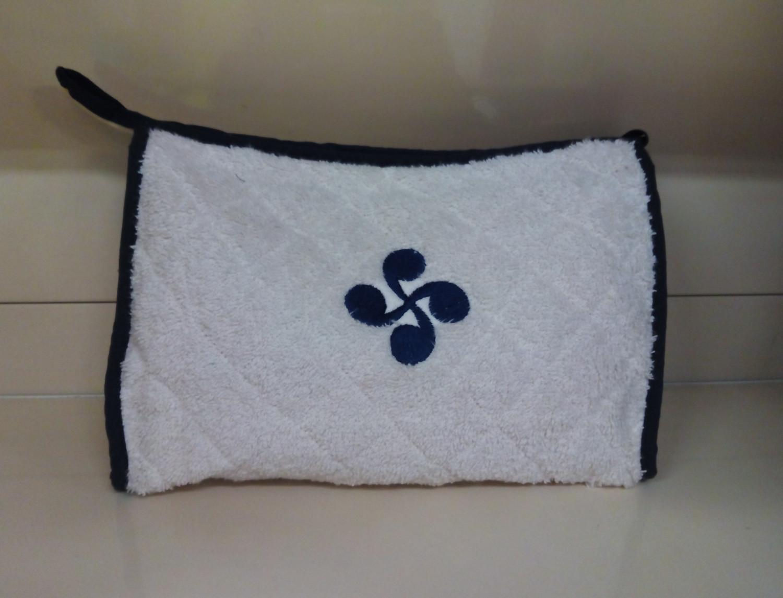 Nuestros Productos Neceser de rizo bordado Lauburu